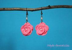 """Boucles d'oreilles au crochet fait-main - collection """"les roses"""" - coton rose layette - perles blanches - métal : Boucles d'oreille par pepee-fantaisies"""