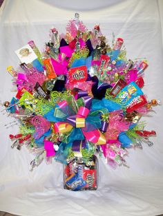 Learn how to make candy bouquets – Candy Bouquet Designs books. Start Candy Bouquet and Gift Basket Business or Do it for a hobby! Candy Arrangements, Candy Centerpieces, Table Arrangements, Bouquet Pastel, Craft Gifts, Diy Gifts, Bar A Bonbon, Gift Bouquet, Candy Bouquet Diy