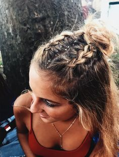 10 Cute Medium Length Hairstyles To Complete Your Look Festival hair looks great on medium length hairstyles! Pretty Hairstyles, Easy Hairstyles, Hairstyle Ideas, Hairstyle Tutorials, Holiday Hairstyles, Coachella Hairstyles Short, Messy Braided Hairstyles, Concert Hairstyles, Festival Hairstyles