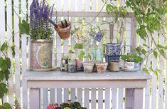 Bygg ett sött planteringsbord för sommarens alla växter. Med ett stadigt hyllplan och ett fiffigt galler får du plats för både krukor och redskap. Här finns beskrivning och ritning.