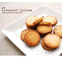 코코넛 사브레 - 베이킹스쿨(교훈:배워서남주자) Cornbread, Banana Bread, Muffin, Food And Drink, Cookies, Baking, Breakfast, Food Food, Ethnic Recipes