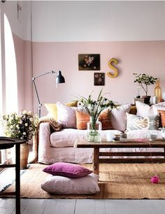Brilliant home decor hacks to make your home look more expensive. Half painted walls will give the illusion of higher ceilings. Plenty more hacks here! Murs Roses, Half Painted Walls, Half Walls, Painted Ceilings, Deco Rose, Sweet Home, Diy Casa, Home Decor Hacks, Decor Ideas