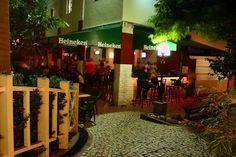 """O site Rent a Local Friend dá dicas para curtir Fortal, como é carinhosamente chamada a capital cearense. Apesar de conhecida como """"a cidade do sol"""", Fortaleza também tem um monte de bares para boêmio nenhum botar defeito! Confira aqui alguns locais para curtir uma pegada mais gringa de pub e cerveja estupidamente gelada: ...<br /><a class=""""more-link"""" href=""""https://viagem.catracalivre.com.br/brasil/o-que-comer/indicacao/drops-local-friend-os-pubs-de-fortaleza-2/"""">Continue lendo »</a>"""