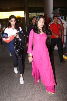 Janhvi Kapoor - Looks You Can Own Casual Indian Fashion, Indian Fashion Dresses, Dress Indian Style, Indian Designer Outfits, Simple Kurti Designs, Kurta Designs Women, Ethnic Outfits, Indian Outfits, Trendy Outfits