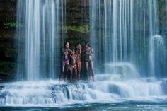 Povos nativos do Brasil. Jovens indígenas aproveitam para tomar um banho de cachoeira.