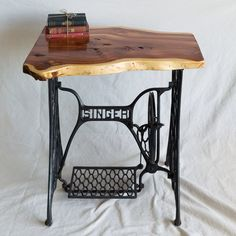 Ideas for sewing machine drawers repurposed free samples Singer Table, Singer Sewing Tables, Antique Sewing Machine Table, Antique Sewing Machines, Repurposed Furniture, Rustic Furniture, Furniture Design, Live Edge Furniture, Live Edge Table