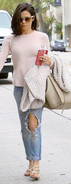 Who made Jenna Dewan Tatum's tan handbag, blue ripped jeans, and sunglasses?
