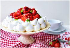 GLUTENFREIE ERDBEER TÖRTLI - Die knusprigen Törtchen sind gefüllt mit einer Erdbeerfüllung und garniert mit Sahne, Erdbeeren und Pistazien.