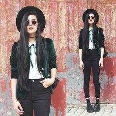 Vintage Green Velvet Blazer, Creepers matching blazer to ribbon tie Witch Fashion, Dark Fashion, Gothic Fashion, Autumn Fashion, Modern Grunge Fashion, Velvet Fashion, French Fashion, Grunge Outfits, Fall Outfits