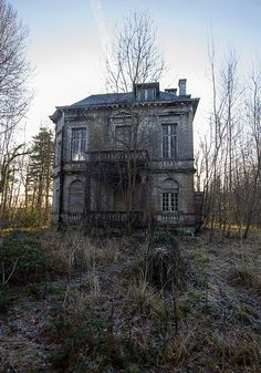 This abandoned house looks pretty spooky to me. Old Abandoned Buildings, Abandoned Property, Abandoned Mansions, Old Buildings, Abandoned Places, Abandoned Castles, Spooky Places, Haunted Places, Photo Post Mortem