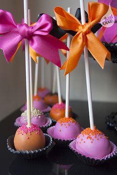Cake Pops. Alegres y con moños. Para comer o llevarse! Te esperamos en la Escuela Huggies para preparar tu baby shower. http://www.escuelahuggies.com/BabyShower/Default.aspx