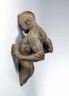 sculptuur:een ruimtelijk beeldhouwwerk dat vormgegeven is door materiaal te verwijderen.