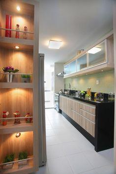 Projeto de arquitetura de interiores e decoração da arquiteta decoradora Pricila Dalzochio. Projeto de cozinha com pastilha verde. Nichos iluminados. Bancada em granito preto.