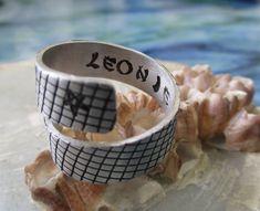 Spiralring Ring aus Aluminium Schlangenmuster Gravur Hand | Etsy Hand Gestempelt, Messing, Aluminium, Rings For Men, Wedding Rings, Engagement Rings, Etsy, Jewelry, Personalised Jewellery