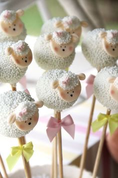 Charmoso, delicado e elegante. O chá de bebê ovelhinhas é uma tendência de decoração nas festas de chá de bebê. E o melhor, serve tanto para meninas quanto para meninos. Confira algumas inspirações maravilhosas do tema!