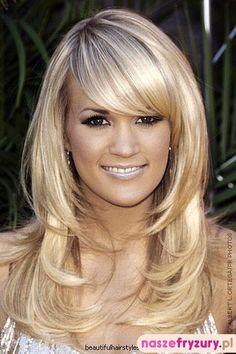 Piękny odcień blondu z uroczą grzywką.