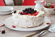 How to make perfect pavlova - Christmas and pavlova are an essential combination. On a hot Christmas Day one could be forgiven for forgetting to steam the fruit pudding but you just cannot ignore the luxurious pavlova, . Chocolate Pavlova, Muesli Bars, Cooking Recipes, Cooking Tips, Loaf Recipes, Salad Recipes, Cake Recipes, Food Waste, Lemon Curd