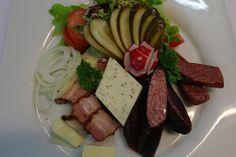 Bayrischer Brotzeitteller im Restaurant in München Süd - Ruhig, bayerisch und gemütlich... das ist das Motto eines Restaurants in Baierbrunn. Genießen Sie bayrische Küche in München im Waldgasthof Buchenhain.