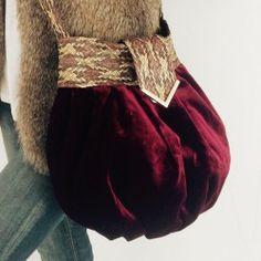 Bolso en tela de terciopelo con asa larga trenzada en piel, interior forrado en tela