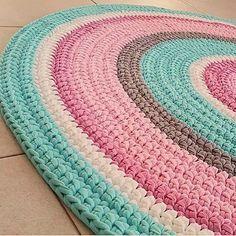 Boa noite flores!!!  Mega cansada da viajem vou já pra cama... Mas antes queria mostrar este tapete divo da @lianaknit   Eu tenho estas cores!!!