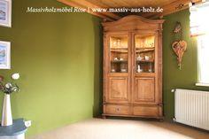 Eckvitrine mit Beleuchtung und Einlegeböden aus Glas - massiv Holz Kiefer - naturwachs gewachst | www.massiv-aus-holz.de