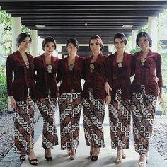 Never get bored with a classic kutubaru-kain combo Kebaya Hijab, Kebaya Brokat, Kebaya Dress, Batik Kebaya, Kebaya Muslim, Batik Dress, Dress Brokat Modern, Kebaya Modern Dress, Kebaya Kutu Baru Modern