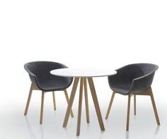 Aromatyczna kawa, subtelny stolik i wygodne krzesła - koniecznie dwa. Chwilo trwaj...
