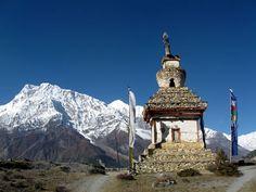 Trekking: la top five di Tony Wheeler; Max Monti © Per gentile concessione di SportWeek, marzo 2013. Annapurna, stupa con vista © Fotografia di Roberto Corriga