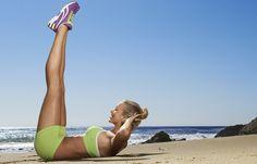 Bein-Schieber - Die besten Übungen für die untere Bauchmuskulatur - So geht's: Auf den Rücken legen, den Bauch fest anspannen. Die Beine gerade nach oben strecken, die Fußsohlen zeigen zur Decke. Jetzt die Hüfte aus der Kraft der Bauchmuskulatur langsam nach oben drücken...