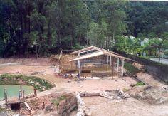 Início da construção dos viveiros de plantas e do sistema de filtragem da água dos lagos.