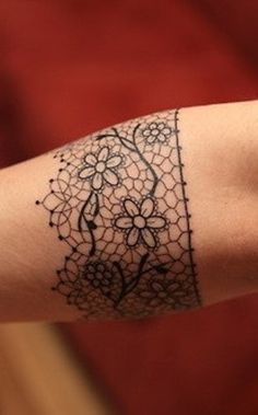 http://tattoomagz.com/girly-tattoos/girly-tattoo-lace-arm-band/ I would like this around my shin in white
