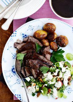 Gammeldags oksesteg, brun sovs, saltbagte kartofler og waldorfsalat - Marie Melchior
