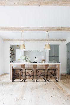 Looking for for images for modern farmhouse? Check this out for unique modern farmhouse pictures. This amazing modern farmhouse ideas will look totally amazing. Home Interior, Kitchen Interior, Kitchen Decor, Kitchen Ideas, Farmhouse Interior, Interior Modern, Coastal Interior, Eclectic Kitchen, Kitchen Furniture
