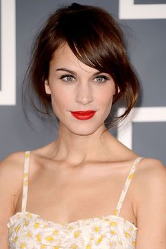 Red Carpet Beauty Grammy Awards, February 2013 - Alexa Chung chose a classic beauty look of red lips and feline eye liner flicks. Her hair was styled in a casual up-do. Alexa Chung Makeup, Alexa Chung Hair, Beauté Blonde, Brunette Hair, Brunette Color, Pretty Hairstyles, Wedding Hairstyles, Party Hairstyle, Updo Hairstyle