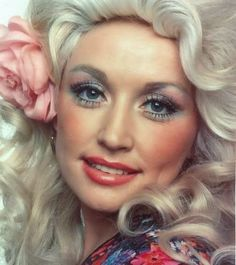 Let Her Fly from the album Honky Tonk Angels - Dolly Parton, Loretta Lynn and Tammy Wynette Divas, Tammy Wynette, Loretta Lynn, Actrices Hollywood, Blue Eyeshadow, Colourpop Eyeshadow, Summer Makeup, Looks Style, Famous Faces
