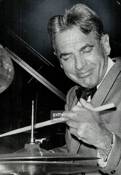Gene Krupa Jazz Artists, Jazz Musicians, Vintage Drums, Drum Kit, Jazz Club, Old Music, Progressive Rock, Jazz Age, Rock Legends