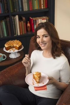 Get spicy with Nigella Lawson's ginger and walnut carrot cake! It's perfect for those who prefer a cake that is less sweet but still packed with flavour. Nigella Lawson, Crystallised Ginger, Springform Cake Tin, Carrot And Ginger, Cake Recipes, Carrots, Food And Drink, Cooking Recipes, Yummy Food