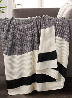 Exclusivité Simons Maison     La célèbre rayure accent et la maille côtelée graphique qui rappellent les fameuses chaussettes de laine pour une touche déco originale !    Douce fibre d'acrylique tricotée d'une belle lourdeur enveloppante   Coussin coordonné également disponible   130x150 cm