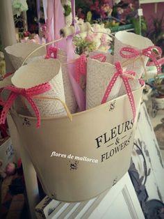 Conos de pétalos #bodas flores de mallorca Aragon 85 palma #cosas bonitas #bodas #novia10#ideas