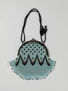 Beugeltas met een halfronde ijzeren beugel, waaraan een tas met een patroon van lichtblauwe kralen, zilverkleurige stalen kralen en zwarte gitten, anoniem, ca. 1875 - ca. 1885