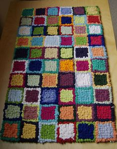 hooked rag rug Locker Hooking, Rug Hooking, Homemade Rugs, Latch Hook Rugs, Braided Rugs, Recycled Furniture, Fibres, Woven Rug, Fabric Crafts
