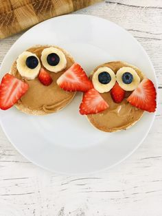 The BEST kids breakfast recipe EVER! This super cute healthy breakfast recipe is so simple and quick to make so it's great for busy school mornings. Toasted English breakfast muffins spread with peanut butter and decorated to look like little owls | kids breakfast recipes | animal toast ideas | healthy breakfast recipes for kids | quick kids breakfast recipes | kids breakfast ideas