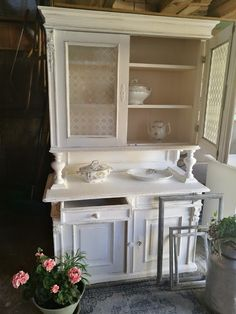 Alte Kredenz mit Kreidefarbe aufgehübscht 💕 Alter, Vanity, Bathroom, Old Furniture, Vanity Area, Bath Room, Lowboy, Dressing Tables, Bathrooms