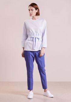 ¡Consigue este tipo de blusa básica de MALAIKARAISS ahora! Haz clic para ver los detalles. Envíos gratis a toda España. MALAIKARAISS ALIZA Blusa light blue: MALAIKARAISS ALIZA Blusa light blue Premium   | Material exterior: 100% algodón | Premium ¡Haz tu pedido   y disfruta de gastos de enví-o gratuitos! (blusa básica, basic, basico, basica, básico, basicos, casual, clasica, clasicas, clásicas, clásica, básicos, básica, bluse, blusa básica, chemisier basique, blusa basica, bási...