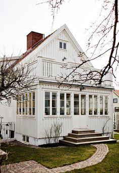 Lundin Fastighetsbyrå - Kålltorp - i toppskick Us White House, White Houses, Patio Design, Exterior Design, House Design, Screened In Patio, Porche, Swedish House, Cozy Cottage