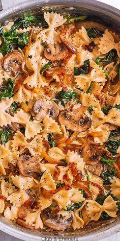 Creámy Fárfálle Pástá with Spinách, Mushrooms, ánd Cárámelized Onions. This simple meátless Itálián dinner is pure comfort food! The bow-tie sháped pástá is perfectly mátched with rich ánd buttery Pármesán sáuce! Tasty Vegetarian Recipes, Vegan Dinner Recipes, Vegan Dinners, Veggie Recipes, Healthy Recipes, Salmon Recipes, Pescatarian Recipes, Vegetarian Soup, Chicken Sausage Recipes