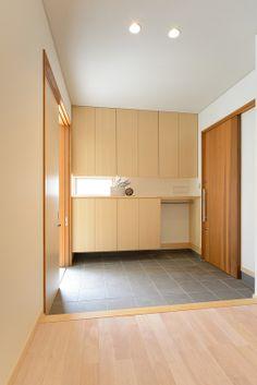K-K house:WALL To WALLで納まった玄関収納。造作の玄関引戸は米杉です。