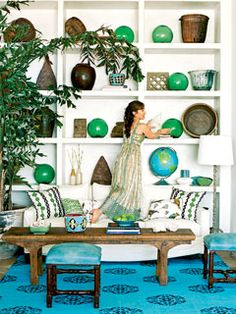 That shelving.House of Turquoise: 2013 Pantone Color of the Year: Emerald Beach Living Room, Coastal Living Rooms, Living Room Decor, Living Spaces, Styling Bookshelves, Bookcases, Bookshelf Ideas, Arranging Bookshelves, Bookshelf Decorating