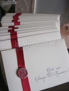 Partecipazioni di nozze classiche con nastro di raso rossa, ceralacca e scrittura a mano: scopri dove puoi ordinarle >> http://www.lemienozze.it/operatori-matrimonio/partecipazioni_e_tableau/invitodiclasse/media/foto/17