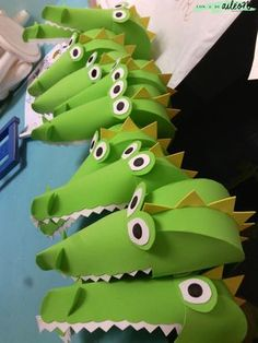 Disfraz de cocodrilo con goma eva | Handbox Craft Lovers | Comunidad DIY, Tutoriales DIY, Kits DIY Alligator Costume, Diy Dinosaur Costume, Dinosaur Party, Crocodile Craft, Crocodile Costume, Book Day Costumes, Diy Costumes, Peter Pan Costumes, Hat Crafts